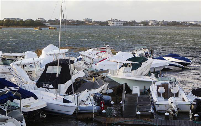 barcos amontonados tras el paso de Sandy en East Quogue