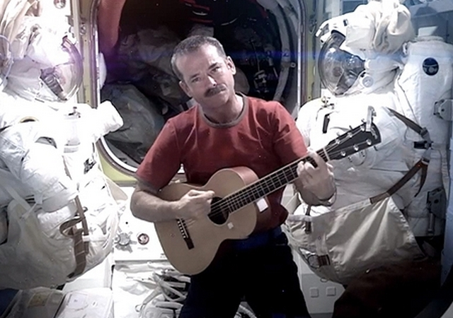Chris Hadfield canta Space Oddity de David Bowie