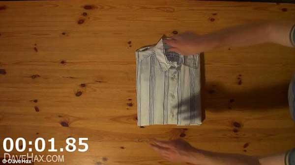 Crease un rayo increible c mo doblar una camisa en dos - Tabla para doblar camisetas ...
