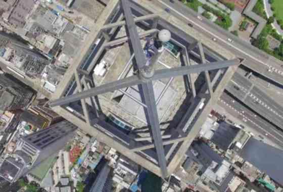 Drone filma a temerarios escaladores en el pico de un rascacielos de Hong Kong