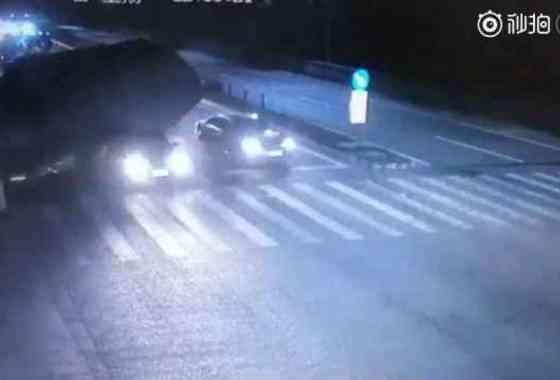 Escalofriante: Camión vuelca sobre un coche en China