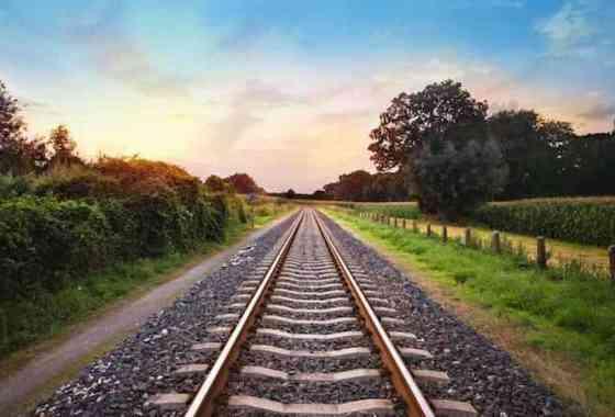 ¿Por qué hay piedras trituradas junto a las vías del ferrocarril?