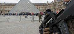 Soldado francés dispara a atacante cerca del Louvre