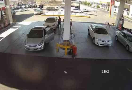 Momento en que explota un tanque subterráneo de gasolina en una estación de servicio