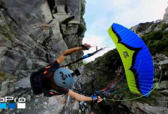 Este descenso en parapente a través de un barranco rocoso es pura locura