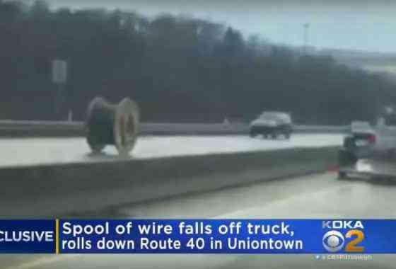 Carrete de cables gigante circula descontrolado por una carretera de Estados Unidos