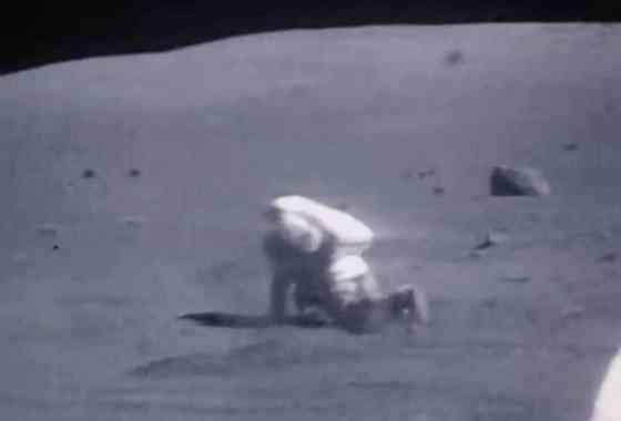 Nunca nos cansaremos de ver este vídeo de astronautas cayéndose en la Luna