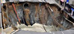 Gigantesco socavón se abre en una calle de Japón