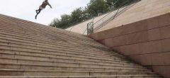 Este salto mortal hacia adelante de una escalera es absolutamente salvaje
