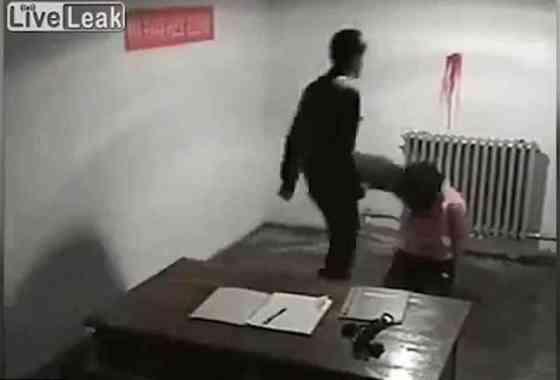 Impactante vídeo muestra brutales agentes norcoreanos golpeando a una mujer y a un hombre