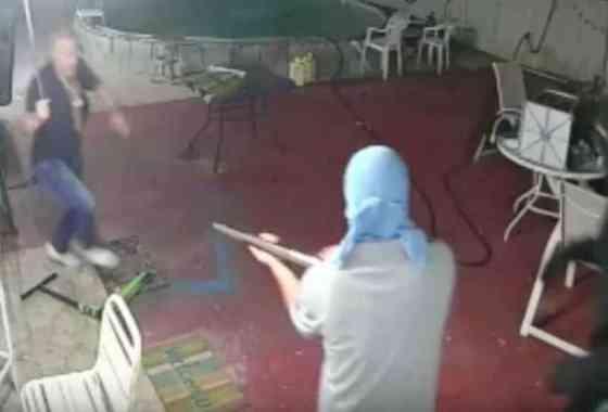 Utiliza un machete para frustrar el robo de atracadores domésticos armados