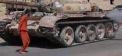 Estado Islámico aplasta a prisionero bajo un tanque en un horrorífico nuevo vídeo