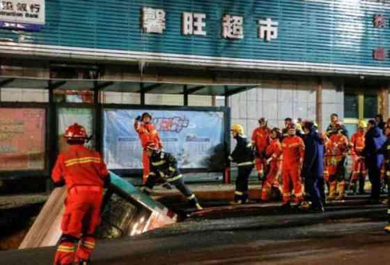 Gigantesco socavón se traga un autobús entero en China, la gente corre por sus vidas